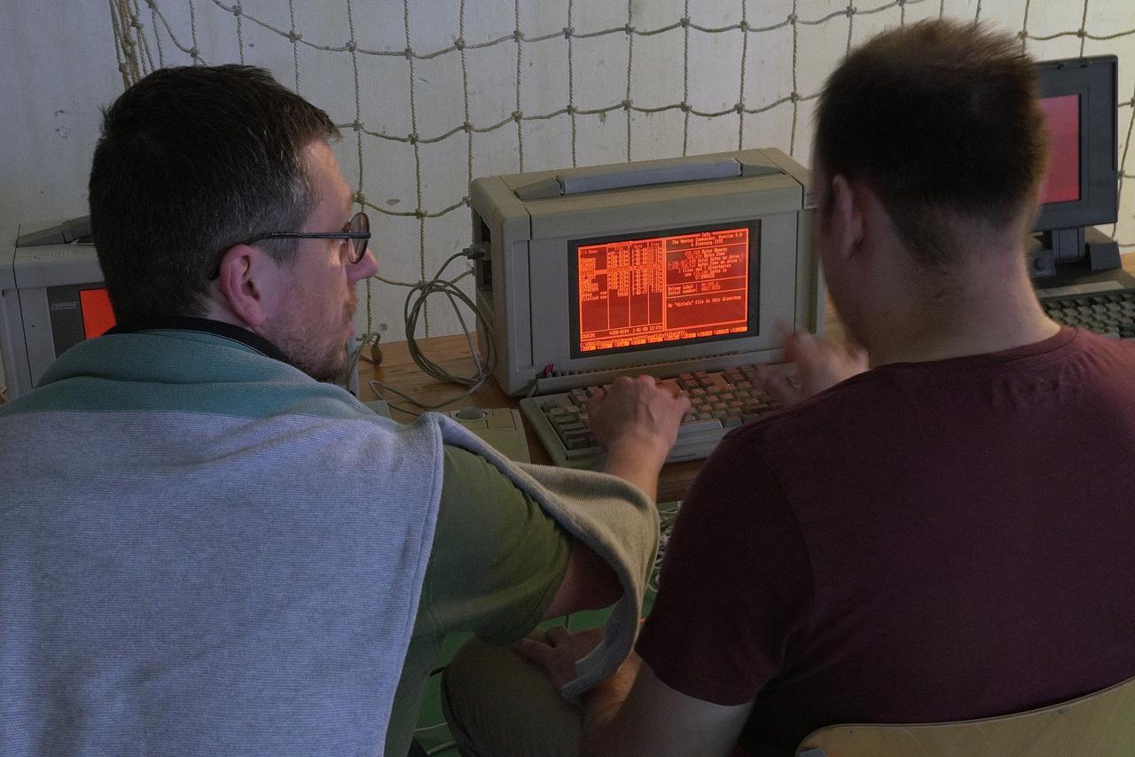 Ezek a gázplazmás kijelzőjű gépek voltak az első hordozható számítógépek ősei. Nehezek, táskaszerűek, de kétségkívül cipelhetőek voltak.