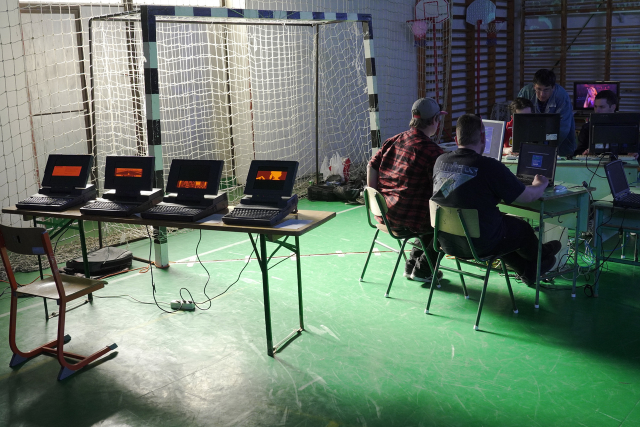 A tornaterem végében retró LAN-partyn Duke Nukem 3D, Blood, GTA1, Quake, Need For Speed 3 játékokban mérhetik össze multiplayer módban a látogatók a tudásukat.