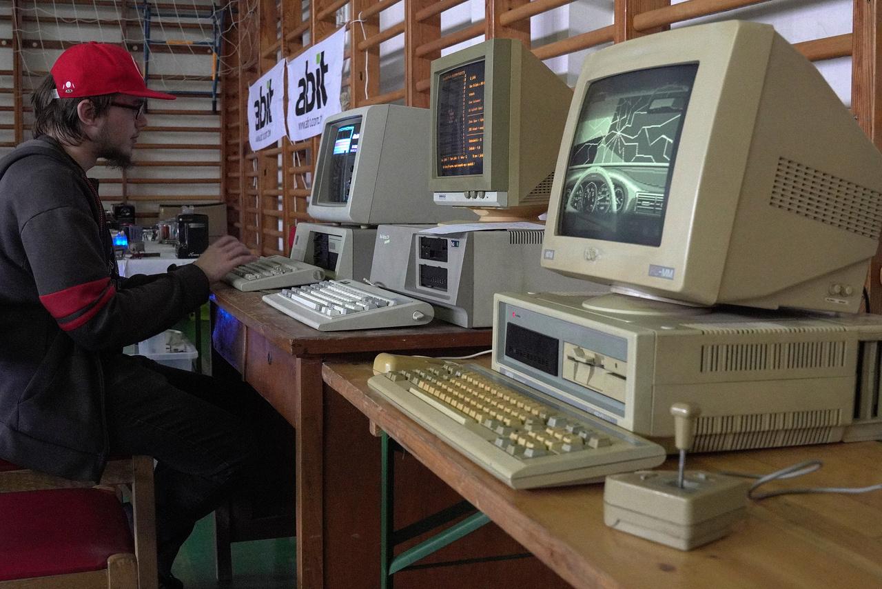 Az idei Bacsis Retro Számítógép Kiállítás az ötödik a sorban. A kiállítás egyre nagyobb, az évek alatt kinőtte a fülei kultúrházat, és most már a község tornatermében sorakoztak fel az ősi személyi számítógépek, laptopok.