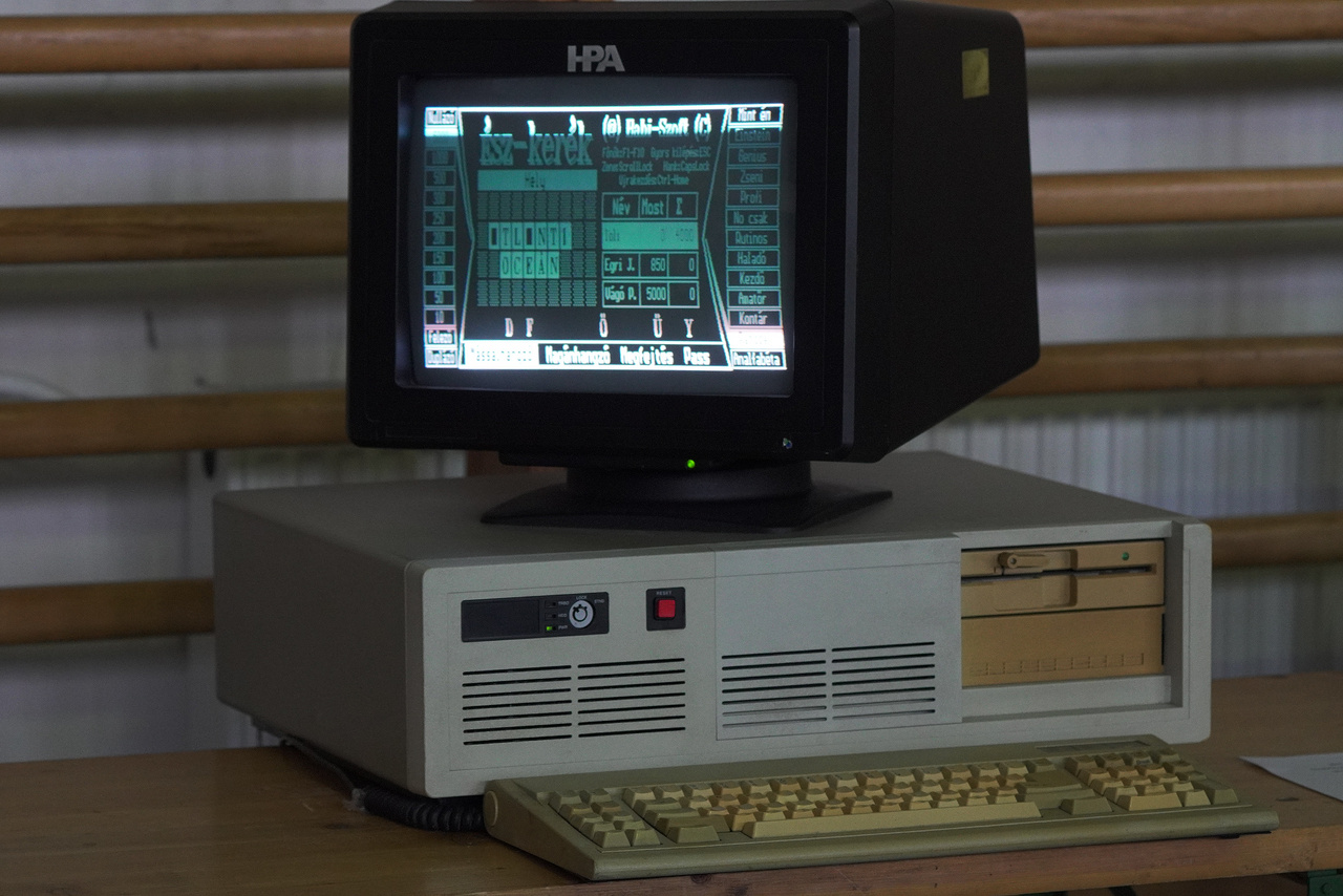 A kiállított gépek többségén játszani is lehet, ezen az ős IBM PC klónon például a Babi-Soft Ész-Kerék című Szerencsekerék-klónjával.