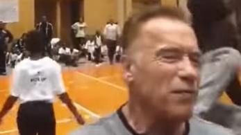 Arnold Schwarzeneggert repülve rúgták hátba Afrikában