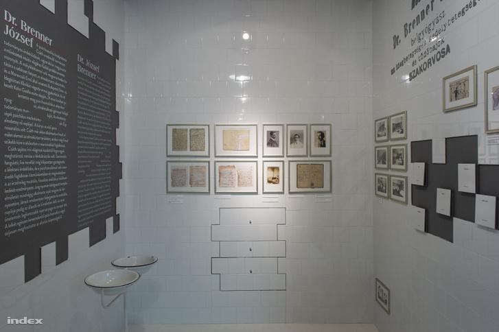 A pszichoanalízis steril, mélybe, vesébe látó világát mutatja a Moravcsik klinikát idéző terem