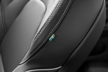 Itt már nincs a motortér szélén svéd címke a la XC40, csak az ülésen