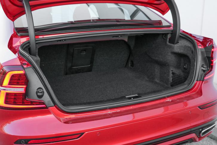 A 440 literes csomagtartójával nem veszélyezteti a Dacia Logan piaci pozícióit, a rotakapa-szállító szegmensben. Viszont egy Audi vagy egy Mercedes csomagtere igényesebb anyagokból építkezik, ez kábé VW-szint
