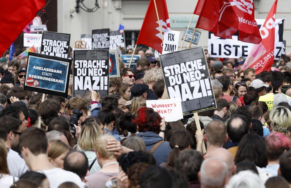 Heinz-Christian Strache osztrák alkancellár a kormánykoalícióban részt vevő Osztrák Szabadságpárt (FPÖ) elnöke ellen tütnetnek Bécsben 2019. május 18-án.