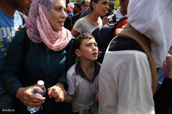 Menekültek a horgosi átkelőnél