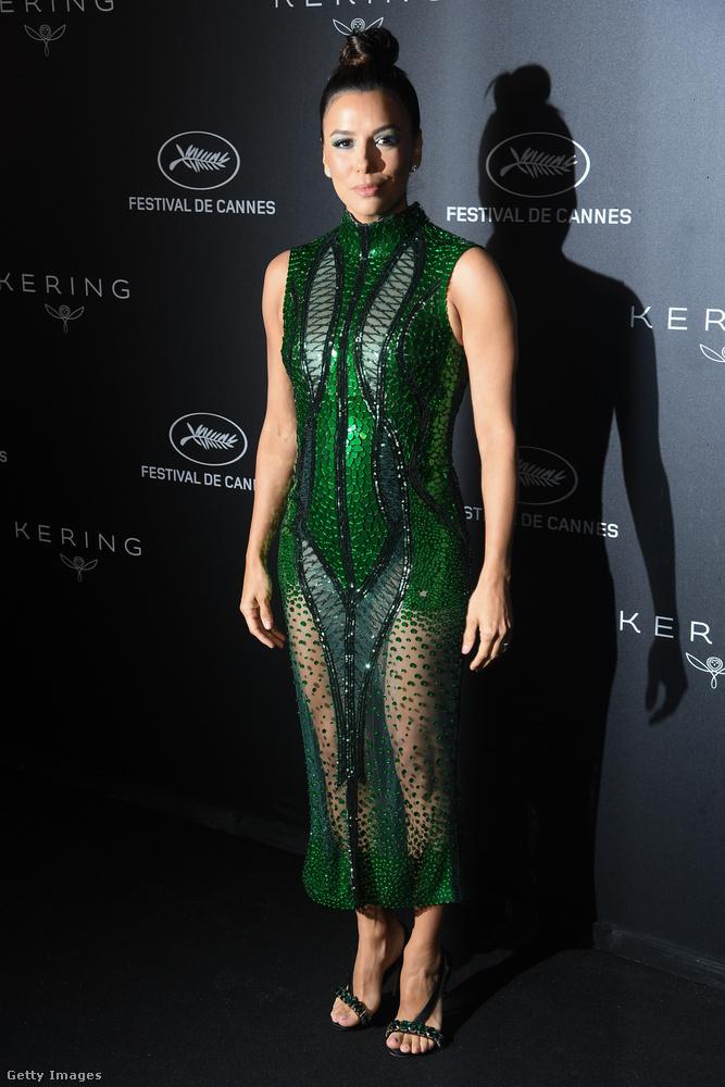 Ezek a képek vasárnap este készültek Eva Longoria színésznőről a Cannes-i filmfesztivál két rendezvényén, mindkettőn ebben a határozottan jelmezszerű, halpikkelyes, zöld ruhában vett részt.