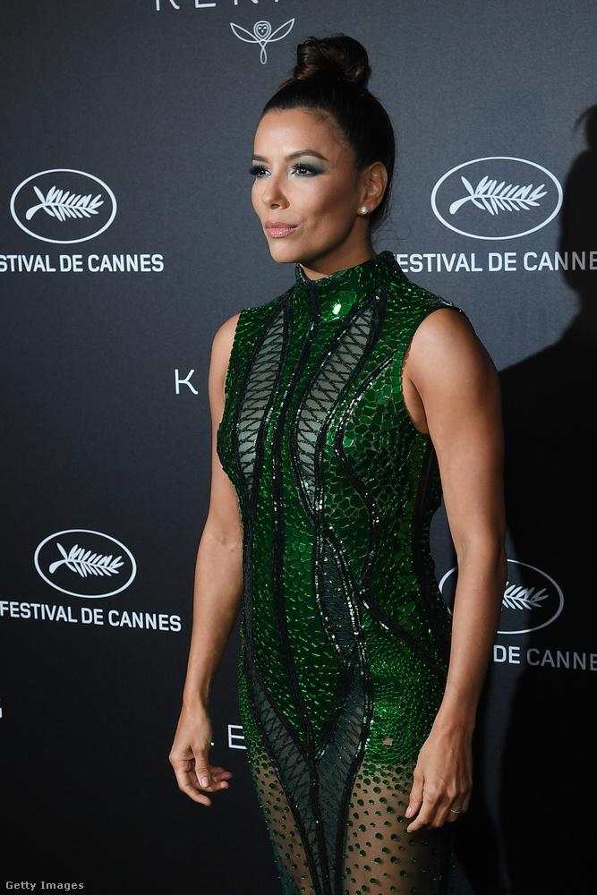 A fekete hátterű esemény pedig a Cannes-i Filmfesztivál hivatalos vacsorája volt Place de la Castre-ban, szintén vasárnap este.