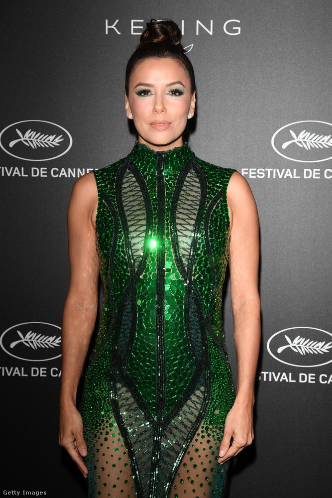 Bár ez a ruha az Atelier Zuhra nevű szalon kreációja, mi azon se lepődtünk volna meg, ha az Aquaman jelmeztárából lopta volna ki valaki Eva Longoriának (aki mellesleg nem szerepelt a filmben)