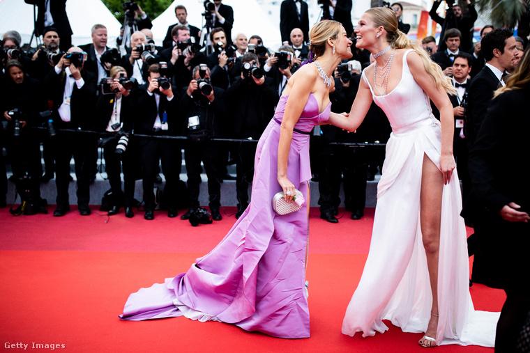 A két modell először is lepuszizkodott, ha már így összefutottak az Une vie cachée (Egy rejtett élet) című film vetítése alkalmából rendezett gálán.
