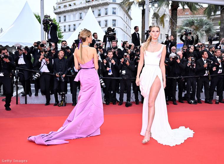 Ezen a képen a jobb oldalon fehérben Petra Němcová 39 éves, cseh modell látható, amint a Cannes-i Filmfesztivál vörös szőnyegén pózol vasárnap est