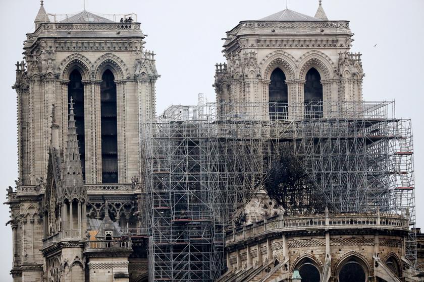 Furcsa képek jelentek meg a Notre Dame felújításra váró tetejéről