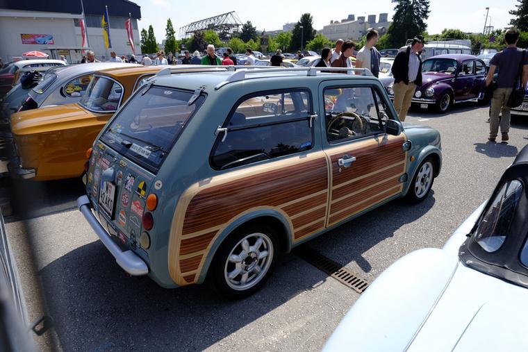 Nissan Pao, ugyanakkorról, a 80-as 90-es évek fordulójáról, amikor a Nissan Figaro is készült, s szintén retroautó