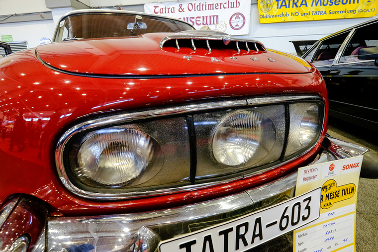 Csehszlovákiában egy ponton betiltották a középső fényszórót, a Tatra pedig a háromlámpás kocsikat mind átépítette akkor négyfényszórósra
