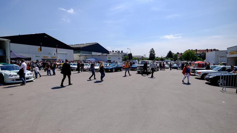 Ez az eladó autók parkolója - a nagylátószög szép, nagy, tiszta területet csinált az amúgy tömött placcból