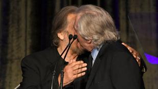 A nap képe: Robert De Niro puszival köszöntötte Al Pacinót