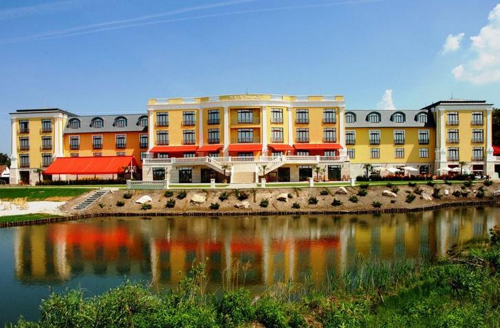 Eladó hotel Gödön