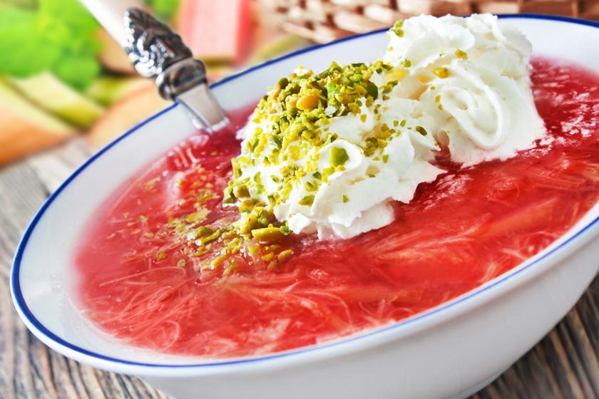 Krémes, tejszínes, rebarbarás leves: egyszerre édes és savanykás