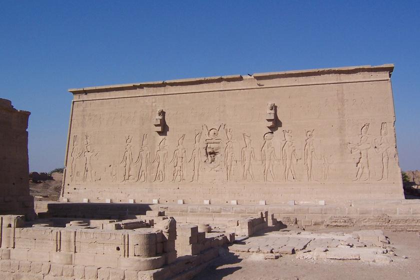 A Hathor-templom hátulja, oroszlánfejes vízelvezetőkkel és VII. Kleopátra ábrázolásaival. A szentélybe csak kiválasztott papok léphettek be, miután legalább húsz évig tanultak.