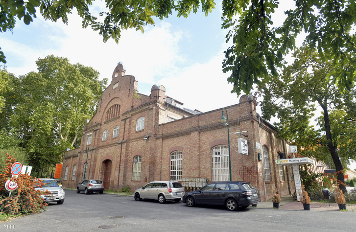 Szórakozóhelynek használt műemlék ipari épület a Hajógyári-sziget déli részén, az egykori Óbudai Hajógyár területén