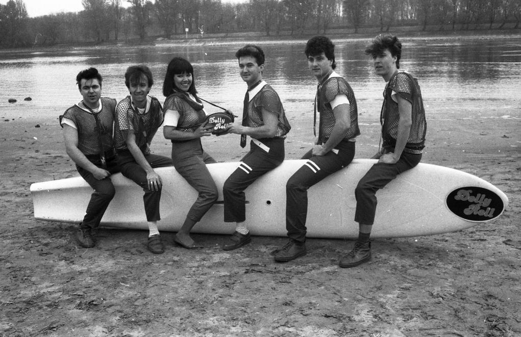 A Dolly Roll együttes ugyancsak 1984-ben: Novai Gábor, Kékes Zoltán, Dolly, Fekete Gyula, Zsoldos Gábor, Flipper Öcsi.