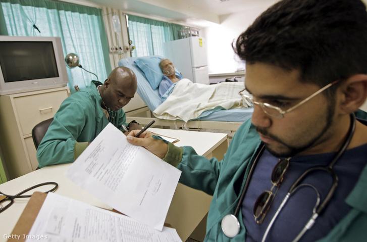 Kubai orvosok dolgoznak egy ingyenes venezuelai kórházban, Caracasban 2006. november 28-án.