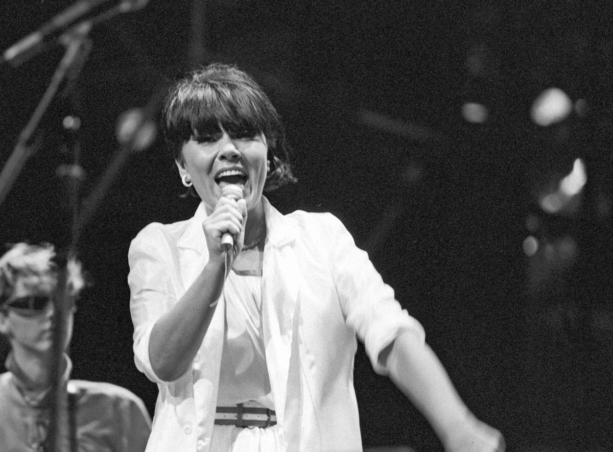 Dolly a színpadon az SOS gyermekfaluért rendezett nemzetközi gálaesten 1984 szeptemberében.