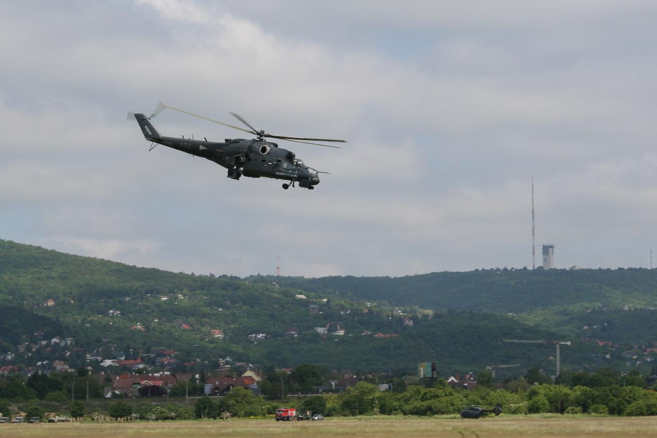 A Mi-24-es harci helikoptereink nemrég tértek vissza az oroszországi nagyjavításukból. A fotón az oldalgépágyús Mi-24 Hind P változat