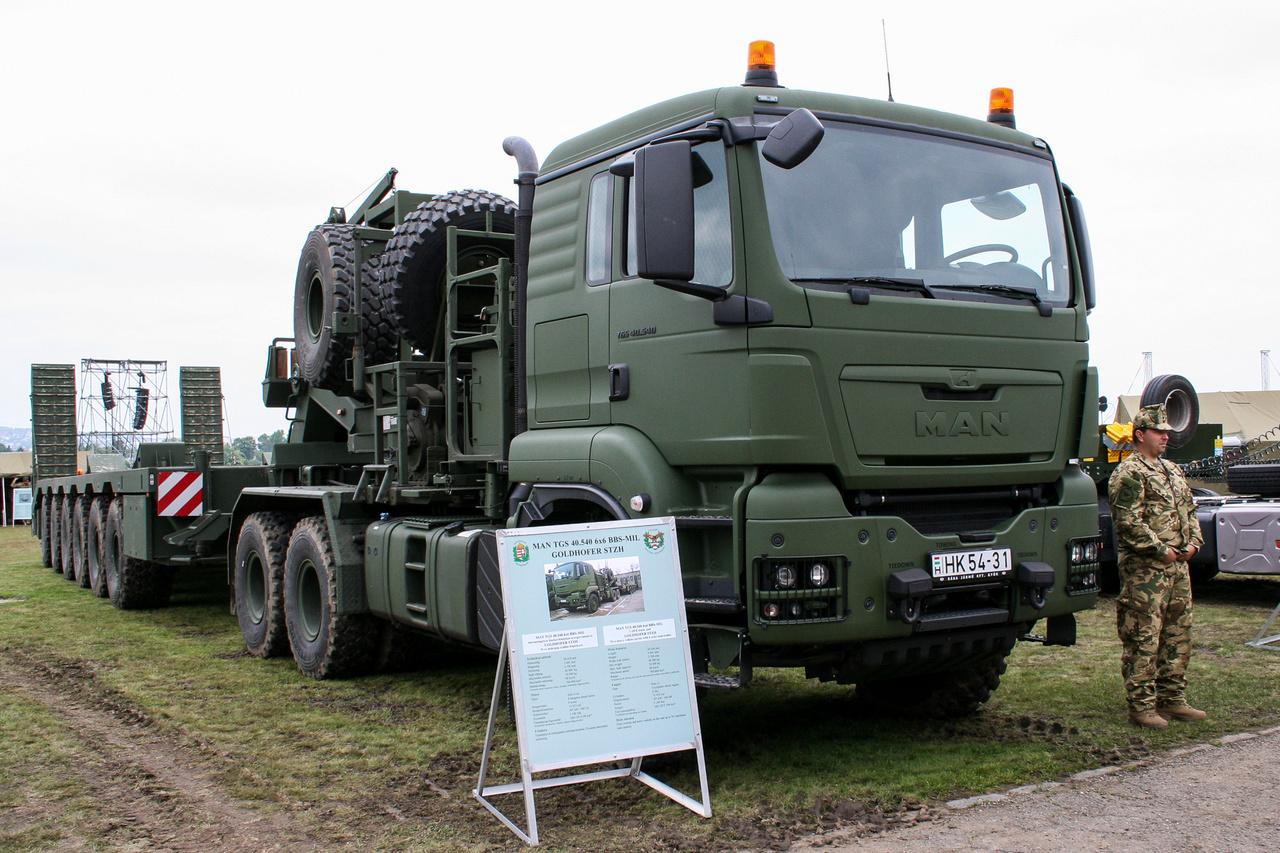MAN TGS 40.540 6x6 és egy Goldhofer nehéz félpótkocsi harcjárművek szállításához. Ezek a járművek alig néhány nappal a honvédelmi nap előtt érkeztek Magyarországra