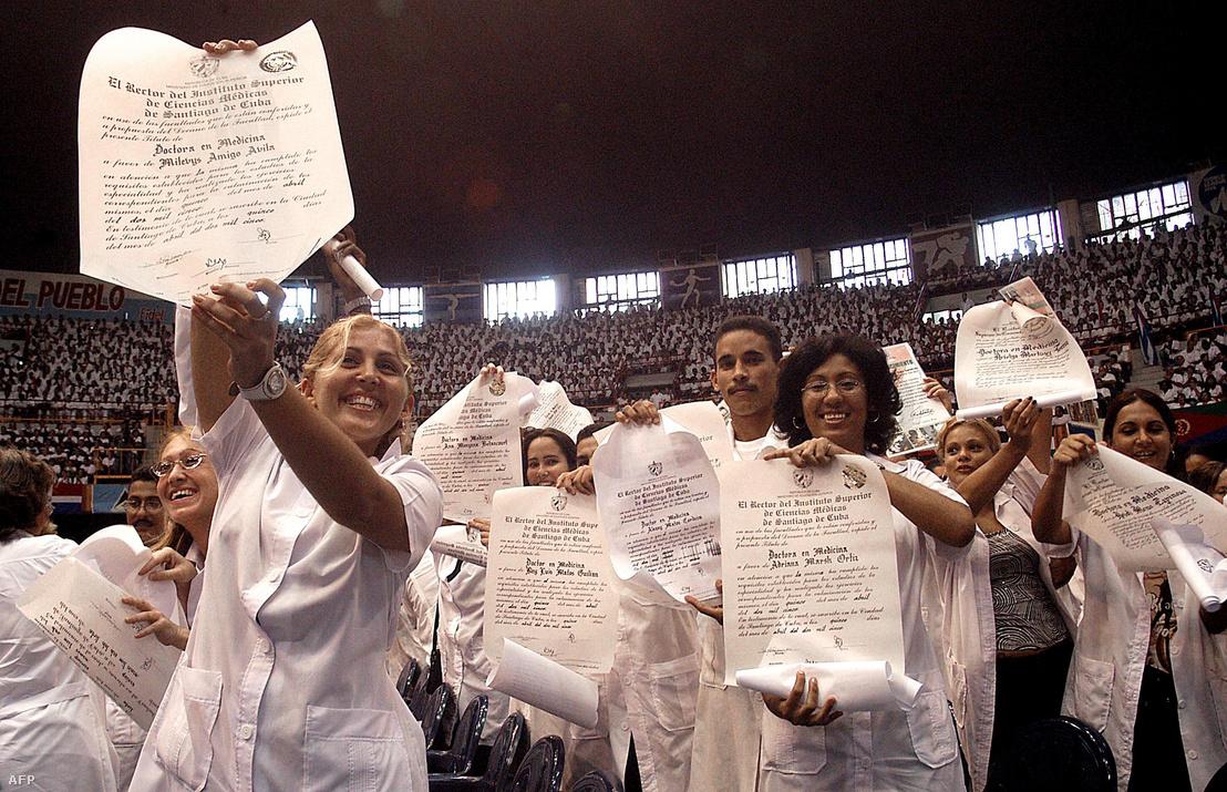 Frissen végzett kubai orvosok mutatják bizonyítványukat a végzős ünnepségen 2005. szeptember 19-én, Havanában.