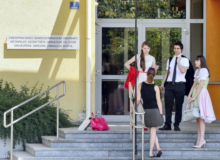Magyar nyelvű érettségi vizsgára váró diákok a felsőőri Kétnyelvű Szövetségi Gimnázium előtt 2013. június 17-én.