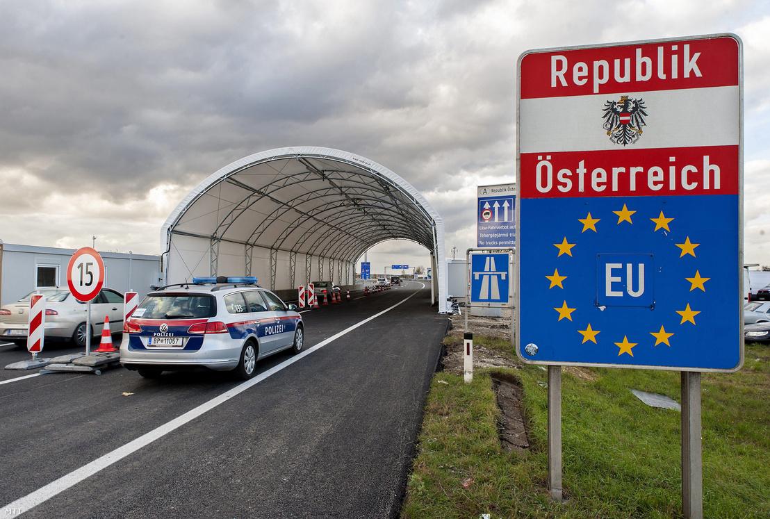 Ötven méter hosszú sátoralagút az osztrák-magyar határon, a miklóshalmai (Nickelsdorf) határátlépési pontnál 2016. október 30-án