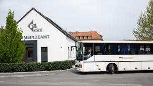 Iskolabusszal vonulnak ki Magyarországról