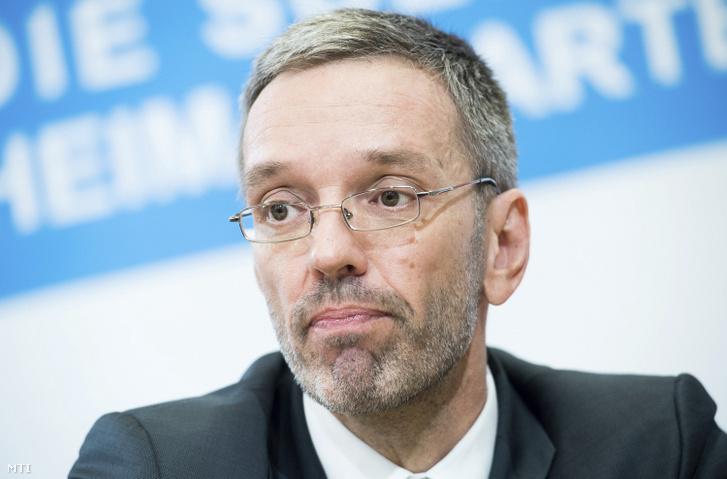 Herbert Kickl, az Osztrák Szabadságpárthoz (FPÖ) tartozó belügyminiszter egy bécsi sajtóértekezleten 2019. május 20-án.