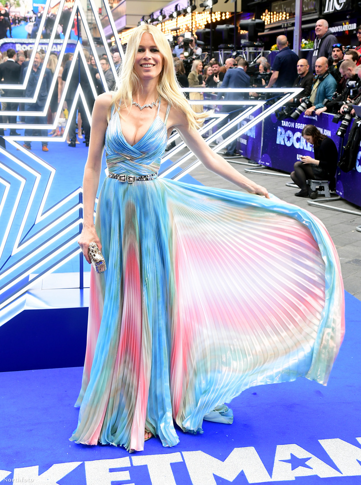 Ez a szoknyalebegtetés nagyon benne van most a levegőben, de Alessandra Ambrosio Cannes-i teljesítményén még senki nem tett túl ezen a téren.