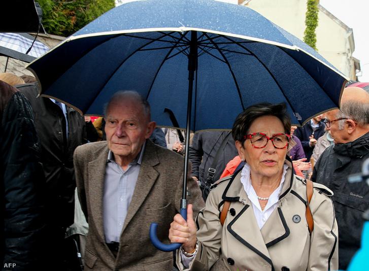 Vincent Lambert szülei: Pierre és Viviane Lambert támogatóik kíséretében érkeznek a kórházhoz ahol fiukat kezelik a franciaországi Reimsben, 2019. május 19-én