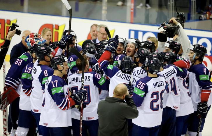 A brit játékosok a 2019-es IIHF Jégkorong világbajnokság után ünneplik a győzelmet