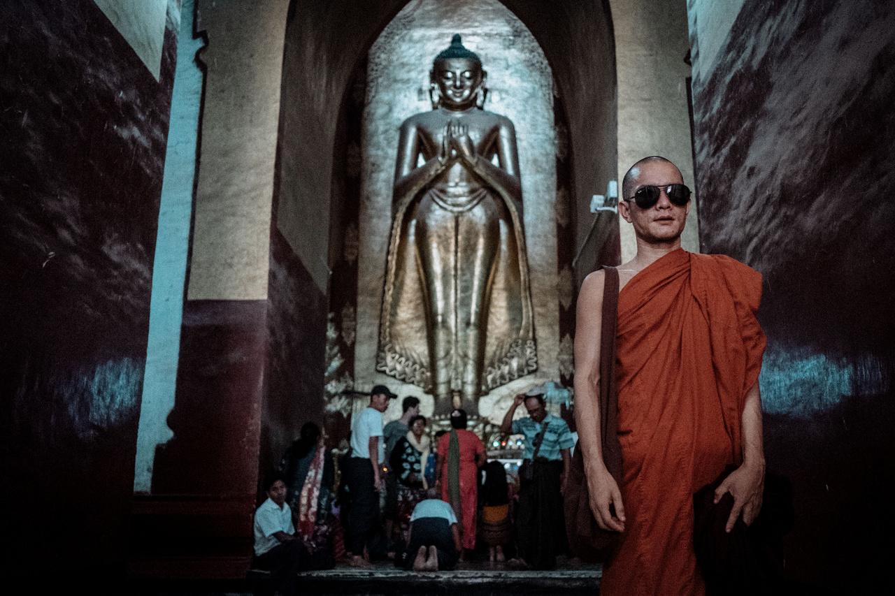 """Március 20.                         """"Bagan és a várost körülvevő többezer ősi templom a mianmari idegenforgalom fő húzóereje.  A 9-13. században - amikor Bagan volt a főváros - több, mint tízezer pagoda és stupa állt a térségben, manapság ez a szám olyan 2200 körül van. Óriási szerepe van a helyi kultúrában, leginkább a kambodzsai Angkor Wathoz hasonlítható, de egy 2016-os földrengés rengeteg épületet megrongált. Szinte képtelenség bejárni a környéket, és ebben az sem segít, hogy odakint 40 fok van. Mire a királyságba érkezem, már tucatnyi stupát látogattam, így az efféle befogadóképességem 70 nap után már kifújt."""""""