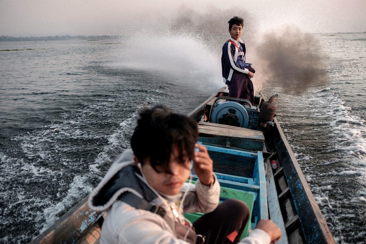 """Március 9.                         """"Az éjszakai buszozásnak nagy hagyományai vannak az ázsiai országokban, olcsóbb, mint a légiközlekés vagy a vonat, egész iparág épült ki rá. Vietnámban teljesen általánosnak számít az emeletes ágyakkal kialakított éjszakai járat, Mianmar pedig simán versenybe szállhatna a nyugati országokkal a kényelmes földi utaztatás terén. Egy ilyen bársonyfoteles 12 órás út után pirkadatkor érkezem meg az Inle tóhoz, és még ki sem nyitom a szemem a leszállás után, mikor egy helyi srác csatlakozik mellém. Kezdődik a small talk, és már várom az ajánlatát. Nem lepődöm meg, és nem is hajtom el, ebben az országban a lehúzás még nem igazán játszik szerepet. Inle az egyik leglátogatotabb hely az országban, ami nagyjából azt jelenti, hogy a sok helyi turista mellett elvétve összefutni nyugati vagy más ázsiai turistákkal is. Hajót kellett szereznem, hogy eljussak pár helyre, mire azonban erre rájöttem volna, már jött is az ajánlat, hogy Mito elvisz a sajátján. Másnap reggel még azelőtt kihajózunk, hogy bárki megreg"""