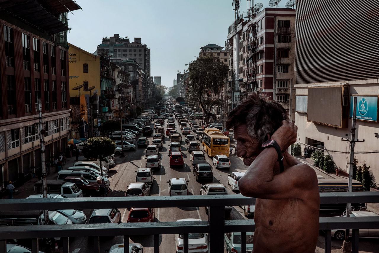 """Március 5.                         """"A motorokat még 2003-ban kitiltották Yangonból, Mianmar egykori fővárosából. Az egyik elmélet szerint egy motoros anno túl közel ment a katonásag egy tábornokához, és fenyegetőleg lépett fel, de számtalan egyéb pletykát is hallani a tiltás okairól. Mikor a repülőtérről a hostelem felé taxizok, minden olyan nyugodt, mindössze csak az tűnik fel, hogy a jobbkormányos autóban a kétsávos úttesten szintén a jobb oldalon haladunk. Elsőre már ez is fura volt, de csak később esik le, hogy a Vietnámban fülembe ivódott motorzúgás és állandó zaj hiánya zavar meg egy pillanatra."""""""