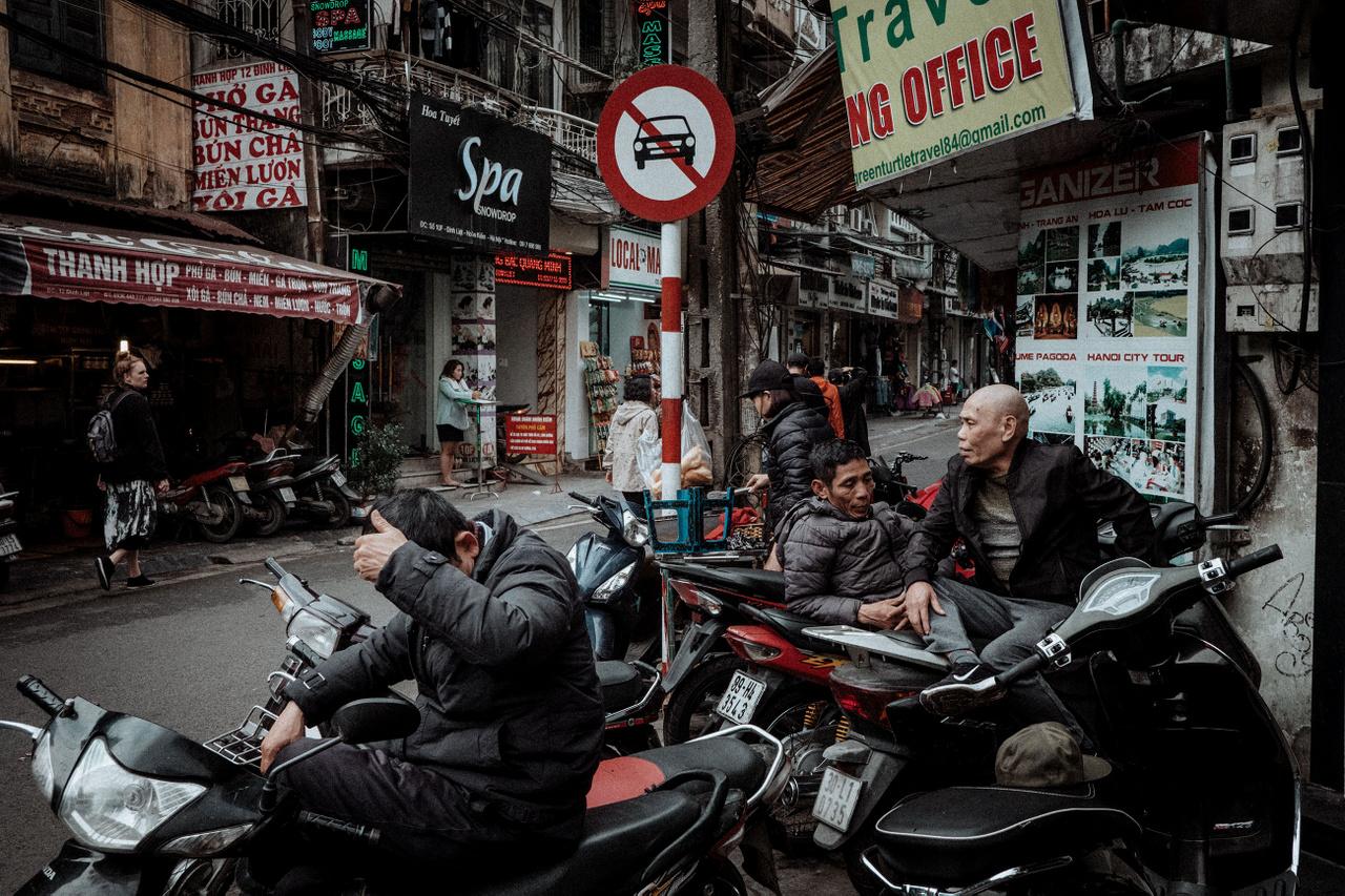 """Február 27.                         """"Nem tudom, miért van az, hogy az emberek csak úgy ücsörögnek napközben szerteszéjjel a városban. Vakaróznak, körmöt vágnak, söröznek, bongból szívják a dohányt. Talán nincs munkájuk - bár az Vietnámban kevésbé fordulhat elő -, talán az a munkájuk, hogy ott üljenek egész nap iszonyú unalomban? Mindenesetre Hanoiban jó várakozni és nézelődni az utcán, elnézelődnék még itt pár hónapot."""""""
