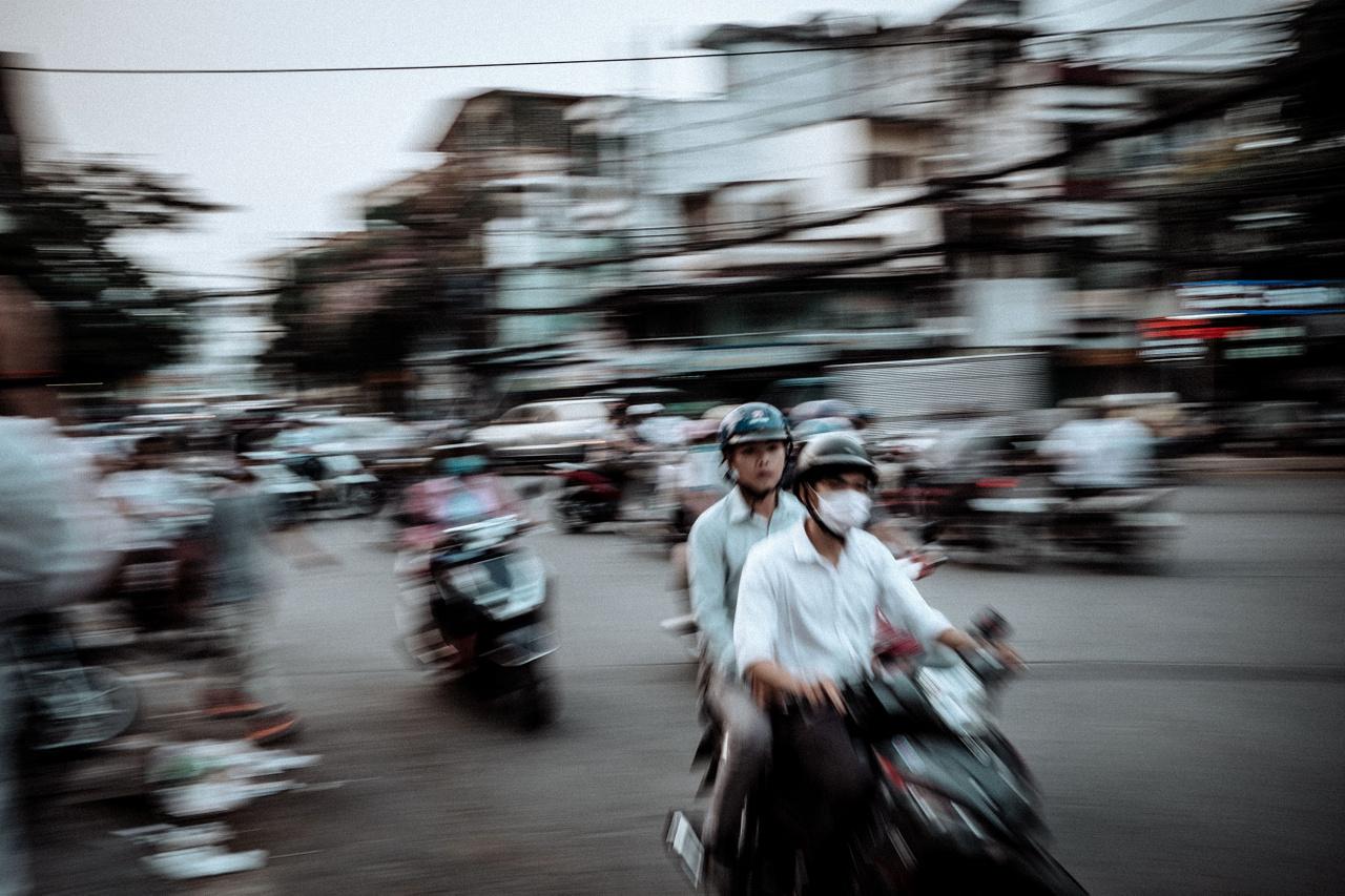"""Február 2.                         """"Vietnámban a legnagyobb jelenleg az egy főre jutó robogók száma a világon. Saigon iszonyú zaja és forgalma azonnal sokkol, ahogy pár sikátornyira a hostelemtől leesek a buszról. Pár óra alatt ráeszmélek, itt nem feltétlenül működik az, hogy már méterekkel előre figyelem a karaktereket az utcán, mert közben simán elüt egy motoros. Az erősebb győz elv alapján, nincs az a motoros, aki meg fog állni nekem az úton. Néhány napba telik, aztán egyre jobban kezdem élvezni a dolgot, szemkontakt az összes motorossal, aki feléd tart, majd egyenesen előre az út másik oldalára. Kikerülnek."""""""