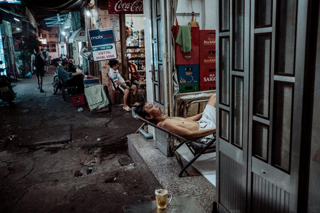 """Február 4.                         """"Valahol Saigonban, ahol az üzlet és a magánélet teljesen összefolyik. Elképesztő az a szó szerinti nyitott élet, ahogy ebben a városban élik az emberek a napjaikat. Engedik, hogy a kiváncsi európai szemek furcsán és kicsit értetlenül kukkolják őket. És ha ez nem lenne elég, még be is ülök egy sörre a nappaliba, ami egyben kisbolt, söröző és kifőzde."""""""