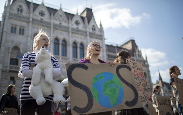 A Fridays for Future Magyarország és az Extinction Rebellion Magyarország aktivistái a globális klímasztrájkra hívó demonstráción a Kossuth Lajos téren, 2019. május 17-én.