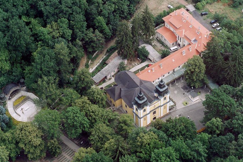 A kolostor, a templom és a kegyhely felülről.