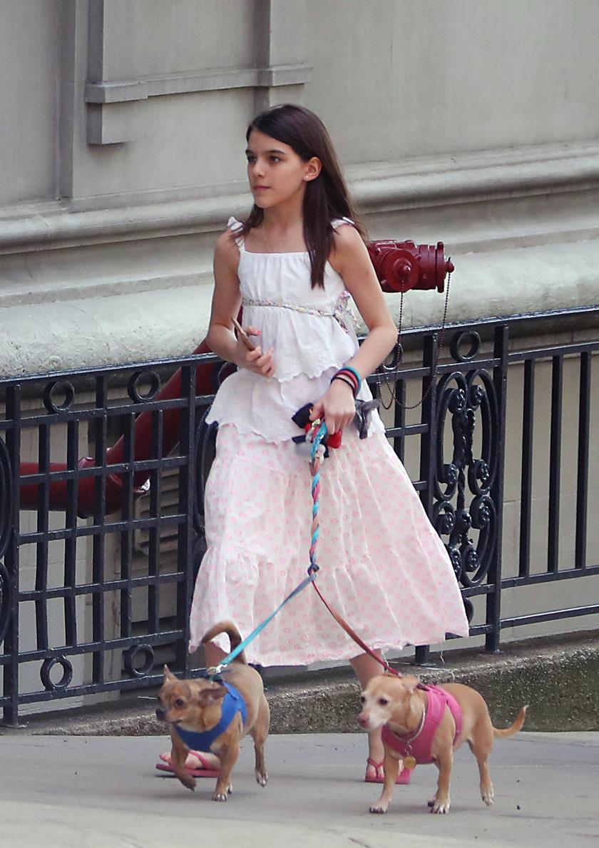 Suri Cruise-t utoljára New Yorkban kapták lencsevégre kutyasétáltatás közben.