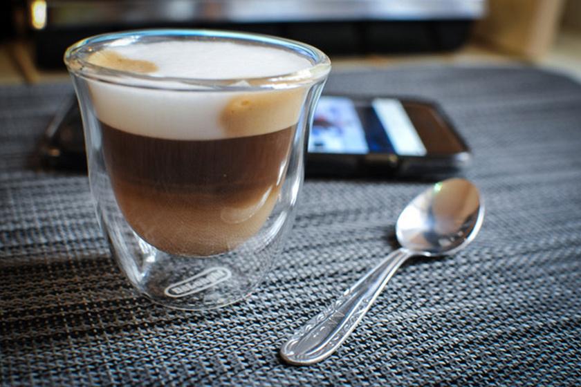 A túlzott kávéfogyasztás akadályozhatja a teherbeesést, mivel a koffein gátolja a petevezeték összehúzódását és ezáltal a pete méhbe vándorlását. Hangsúlyozzuk, főként a mértéktelen kávéivás értendő itt, de, ha valaki biztosra akar menni, és képes rá, le is teheti a csészét egy időre.