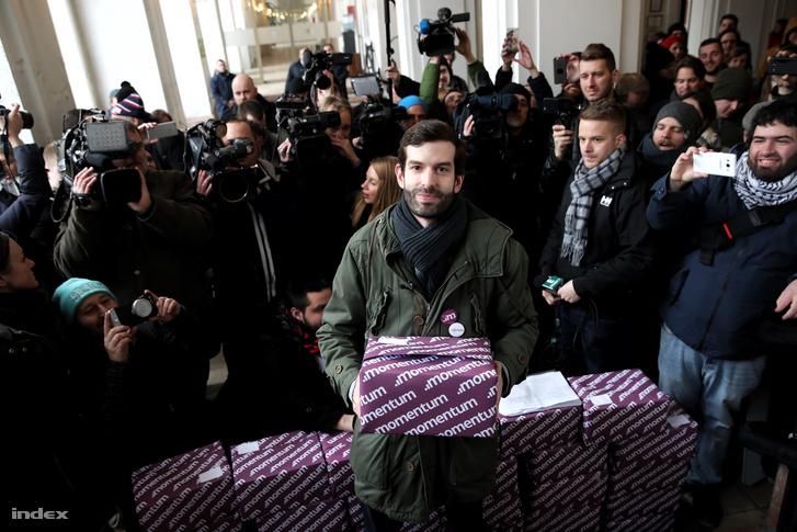 Fekete-Győr András, a Momentum Mozgalom elnöke sajtótájékoztatót tart 2017. február 17-én a Fővárosi Választási Iroda épületében, mielőtt leadja az olimpiai népszavazás kiírásáért összegyűjtött 266 151 aláírást.