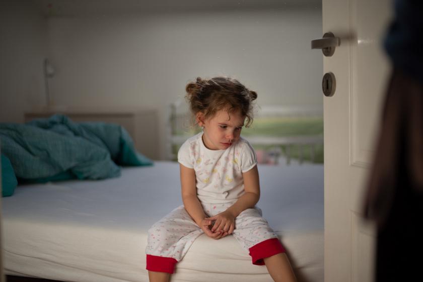 gyermek-egyedul-szoba-szomoru