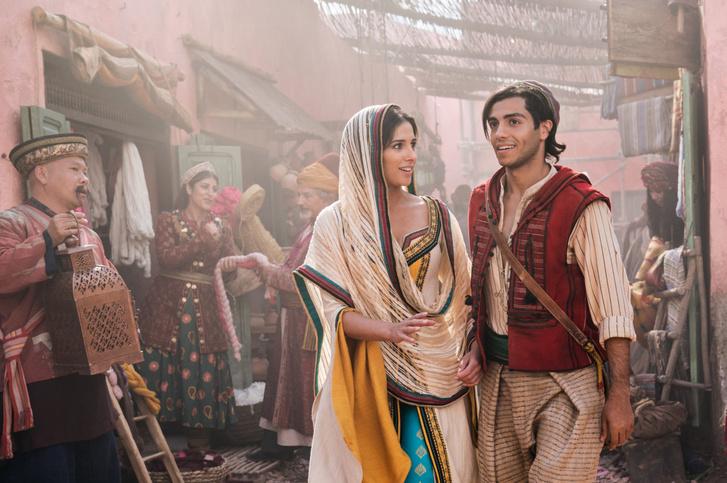 Aladdin (Mena Massoud) és Jázmin (Naomi Scott)
